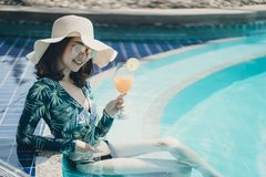 Schöne Asain-Frauen mit Bikini lizenzfreies stockfoto