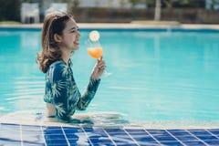 Schöne Asain-Frauen mit Bikini stockfotografie