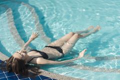 Schöne Asain-Frauen mit Bikini lizenzfreie stockfotos