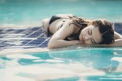 Schöne Asain-Frauen mit Bikini stockbilder