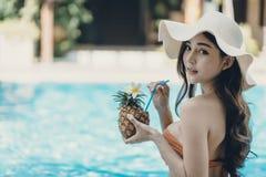 Schöne Asain-Frauen mit Bikini stockbild