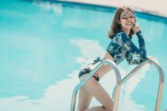 Schöne Asain-Frauen mit Bikini lizenzfreies stockbild