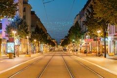 Schöne Dämmerungsstraßenansicht von Nizza stockbilder