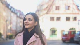Schöne Dame, die Einsamkeit am warmen sonnigen Herbsttag in der mittelalterlichen Stadt genießt stock video footage