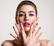Schöne Modefrau mit farbige Nägel Attraktives weißes Mädchen mit Mehrfarbenmaniküre lizenzfreies stockfoto
