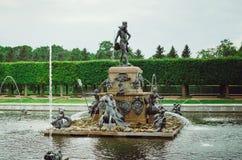 Schöner Brunnen mit Zahlen im oberen Garten von Peterhof in St Petersburg abschluß lizenzfreie stockbilder