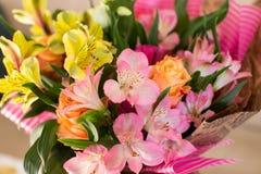 Schöner eleganter Sommerfrühlingsblumenstrauß mit Rosen und Alstroemerias stockbilder