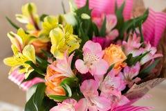 Schöner eleganter Sommerfrühlingsblumenstrauß mit Rosen und Alstroemerias stockfoto