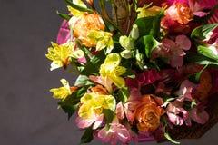 Schöner eleganter Sommerfrühlingsblumenstrauß mit Rosen und Alstroemerias lizenzfreie stockbilder
