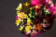 Schöner eleganter Sommerfrühlingsblumenstrauß mit Rosen und Alstroemerias stockfotografie