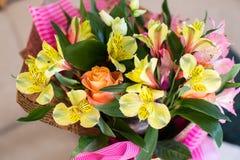 Schöner eleganter Sommerfrühlingsblumenstrauß mit Rosen und Alstroemerias stockfotos