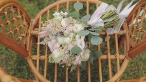 Schöner Hochzeitsblumenstrauß auf dem Stuhl stock video footage
