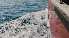 Schöner POV-Schuss, Kreuzschiffsegeln im tiefen blauen Meer, die erstaunlichen schäumenden weißen Wellen schneiden, die im Sonnen stock video