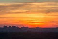 Schöner Sonnenuntergang über der Stadt stockbild