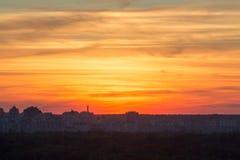 Schöner Sonnenuntergang über der Stadt stockfotos