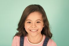 Schönes Lächeln Kinderglückliche nette genießen Kindheit Entzückendes lächelndes glückliches Gesicht der gelockten Frisur des Mäd stockbilder