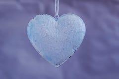 Schäbige Herzen der Weinlese auf dem Hintergrund von alten Papierschatten des Purpurs Weichzeichnung, Hintergrundmodus Stockfoto