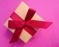 Schäbige Karte mit einer Geschenkbox Stockbilder