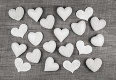 Schäbige schicke Dekoration: weiße Herzen auf hölzernem weißem grauem backgr Lizenzfreies Stockfoto