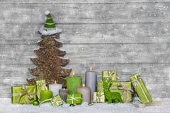 Schäbige schicke grünes und weißes Weihnachtsdekoration auf grauem hölzernem lizenzfreie stockfotografie