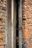 Schäbige Tür und Backsteinmauer Stockbild