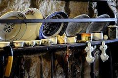 Schäbiger schicker Weinlesetonwarensatz auf der Wand eines alten Hauses stockbilder
