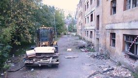 Schäbiges verlassenes altes Haus in der Stadt stock video