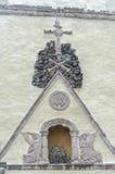 Schädel auf einem Stapel von Steinen auf welchen Resten ein Kreuz Lizenzfreie Stockfotos