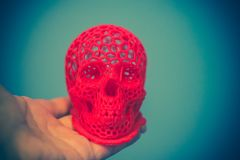 Schädel druckte mit Plastik der roten Farbe auf einem Drucker 3d Lizenzfreies Stockfoto