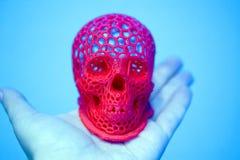 Schädel druckte mit Plastik der roten Farbe auf einem Drucker 3d Lizenzfreies Stockbild