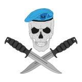Schädel in einem Blauhelm mit Messern Stockbild