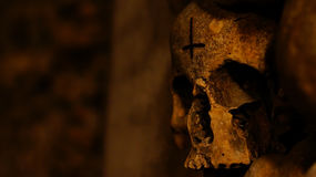 Schädel mit aufgehobenem Kreuz Stockfotos