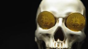 Schädel mit bitcoin Symbolen stock footage