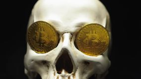 Schädel mit bitcoin Symbolen stock video footage