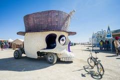 Schädel mit Hut Art Car an brennendem Mann 2015 Stockbilder