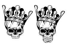 Schädel mit Kronen Stockfotos
