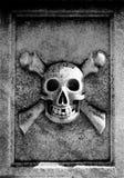 Schädel und gekreuzte Knochen Stockbild