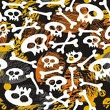 Schädel und Knochen auf dunklem Halloween-Muster Lizenzfreie Stockfotos