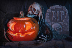 Schädelmonster und Halloween-Kürbis Stockfotos