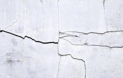 Schädigen Sie Zementwandhintergrund, Sprungsbeschaffenheit auf weißer Betonmauer Lizenzfreies Stockbild