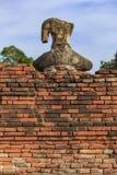 Schädigende Buddha-Statue in Wat Chaiwatthanaram, Ayutthaya, Thailand Stockbilder