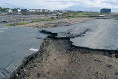 Schädigende Straße nach Tsunami Palu herein am 28. September 2018 lizenzfreie stockfotos