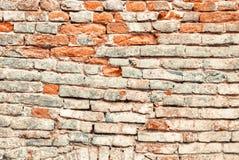 Schädigende und verwitterte alte Backsteinmauer Lizenzfreies Stockfoto