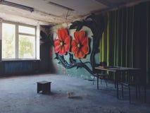 Schädigende Wände des Gebäudes von links und von vergessenem sowjetischem Sommerlager Skazka unweit von Moskau Lizenzfreie Stockbilder