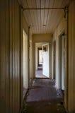 Schädigender alter Korridor Stockfotografie