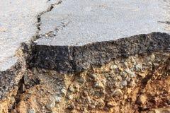 Schädigender Asphalt Schicht Lehm, das abgefressen wurden lizenzfreie stockfotos
