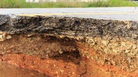 Schädigender Asphalt Schicht Lehm, das abgefressen wurden stockbilder