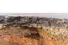 Schädigender Asphalt Schicht Lehm, das unter dem asphal abgefressen wurden lizenzfreie stockfotografie