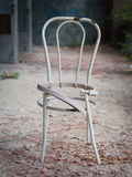 Schädigender gebrochener Stuhl Stockbilder