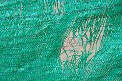 Schädigender Plastikzaun Stockfoto